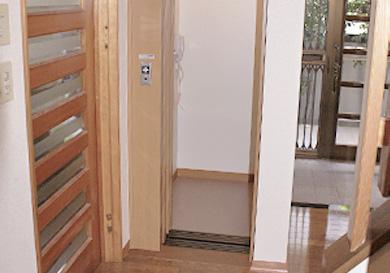 屋内吹き抜け部分にエレベーターを設置