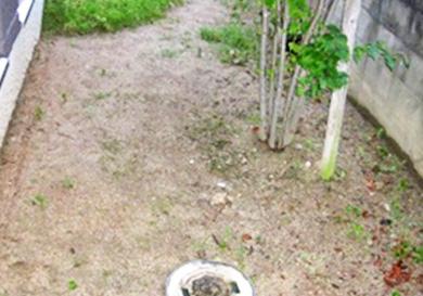 草むしりが大変な庭先へ石を敷設
